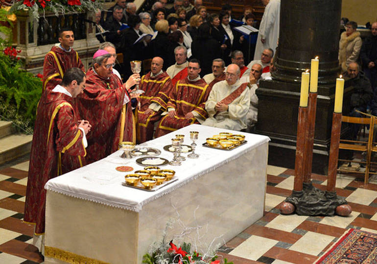 Mons. Agostinelli all'altare