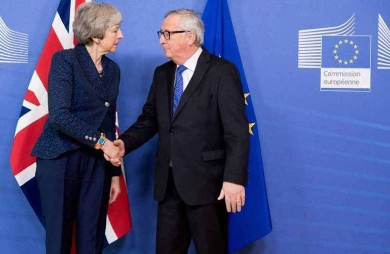 La May con Juncker in un incontro a Bruxelles (Foto Sir)