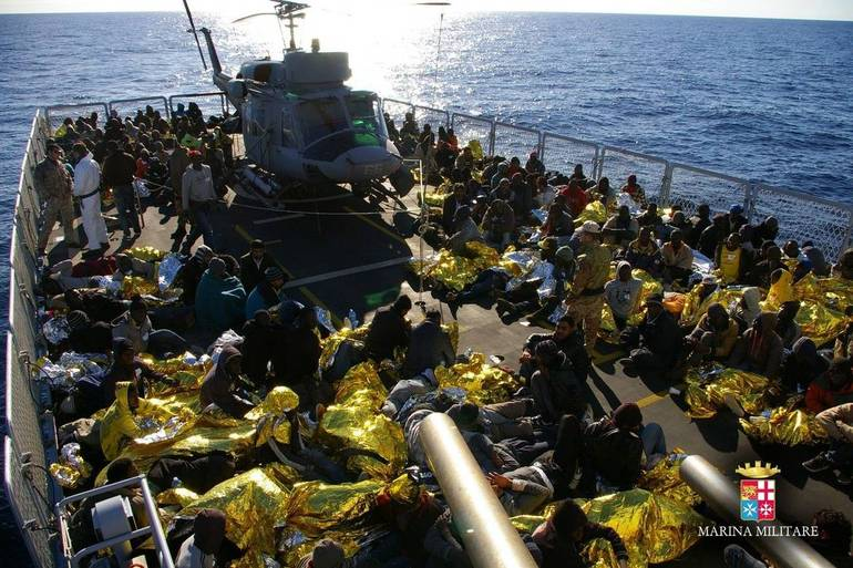 Immigrati raccolti al largo di Lampedusa (Foto Sir)