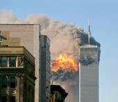 Di UA_Flight_175_hits_WTC_south_tower_9-11.jpeg: Flickr user TheMachineStops (Robert J. Fisch)derivative work: upstateNYer - UA_Flight_175_hits_WTC_south_tower_9-11.jpeg, CC BY-SA 2.0, https://commons.wikimedia.org/w/index.php?curid=11786300