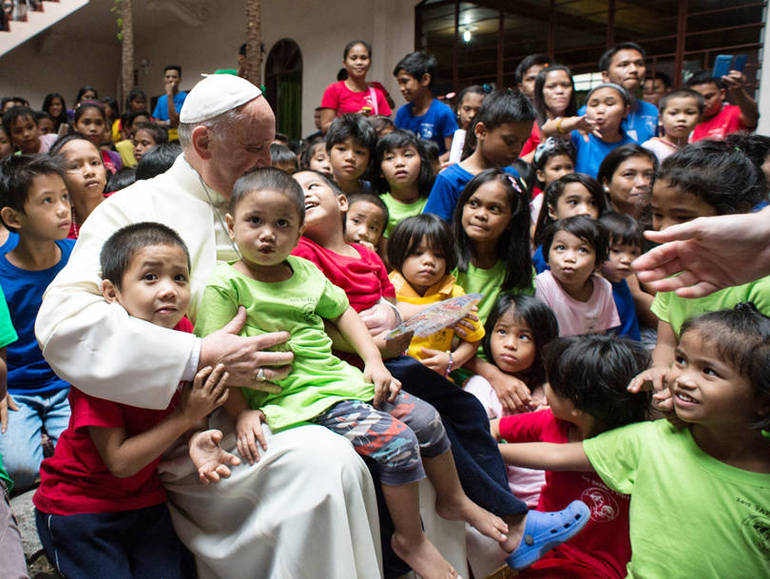 Papa Francesco con i bambini dell'Anak-Tnk Foundation a Manila (Foto Sir)