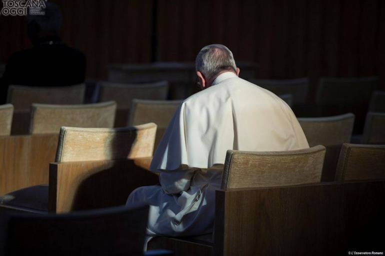 Papa Francesco in preghiera (foto Sir)