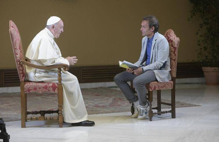 Papa Francesco con don Marco per Tv2000 (Foto Sir)