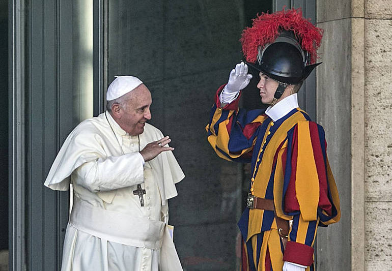Papa Francesco saluta una Guardia svizzera (Foto Sir)
