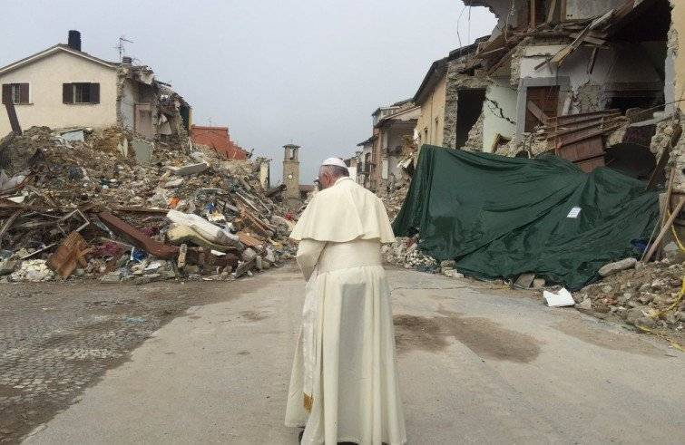 Papa Francesco in visita ad Amatrice (Foto Sir)